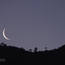 Vista de la luna desde el pueblo de Lonquimay
