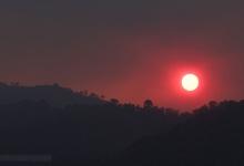 Puesta de Sol en cielo cubierto de humo