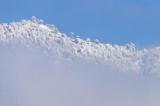 Nuevamente cayó nieve en la noche pero amaneció despejado y con un cielo que seguramente envidiarían en Santiago.